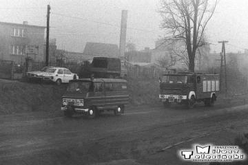 Ostrzeszów w dniu 15.11.1986. Widok z pociągu do Namysłaków, strażacy jadą na akcję.o