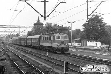 Ostrzeszów 28.05.1988. EU07-235 z osobowym do Poznania.