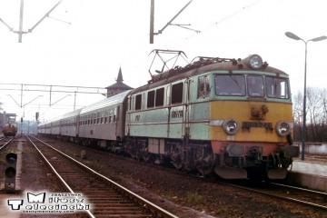 Ostrzeszów 12.03.1990. EU07-228 do Poznania.