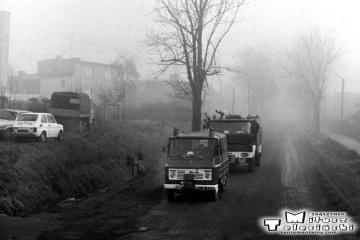 Ostrzeszów w dniu 15.11.1986. Widok z pociągu do Namysłaków, strażacy jadą na akcję.