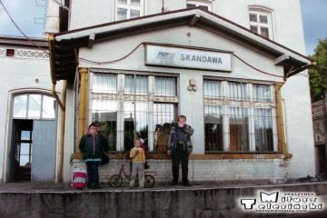 Skandawa 22.06.1993. moja mama, ja i dwóch spotkanych na peronie bawiących się chłopców.