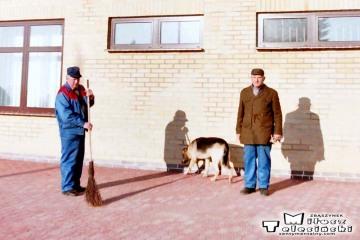 Trakiszki 23.02.1995.. Po prawej na zdjęciu były zawiadowca stacji Pan Czesław Puczyłowski. Pies Kula.