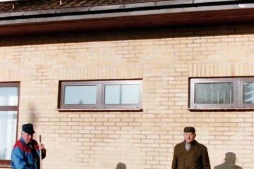 Trakiszki 23.02.1995.. Po prawej na zdjęciu były zawiadowca stacji Pan Czesław Puczyłowski.