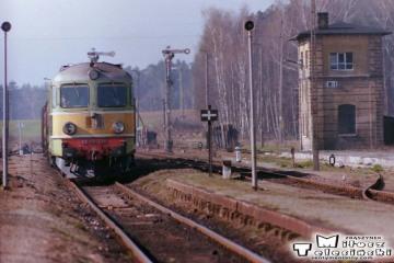 Wierzbno 19.03.1990. ST43-374 z Towarowym od strony Międzyrzecza.