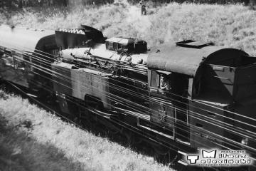 Wierzbno - Międzychód 03.10.1987. Tkt48-28 z pociągiem specjalnym mija wiadukt na drodze między Muchocinem a Gorzyckiem Starym który leżał ok. 1,5 km w głąb Polski - granica przebiegała na 67,6 km linii, wiadukt to 66,1 km.