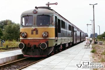 ST43-216 Z Gorzowa do Zbąszynka wjeżdża z wieczornym osobowym na stację Gorzów Zieleniec w dniu 05.08.1990.