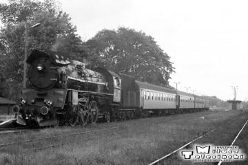 Ol49-61 do pociągu Ełk - Białegostoku i dalej do Warszawy w Gołdapi w dniu 29.09.1990.