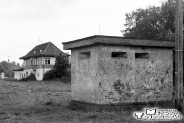 Gołdap w dniu 29.09.1990. Wieżyczka strzelnicza i nastawnia dysponująca.