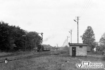 Gołdap 29.09.1990. W tle osobowy z Ol49-61 do Ełku - Białegostoku i dalej do Warszawy w Gołdapi w dniu 29.09.1990.