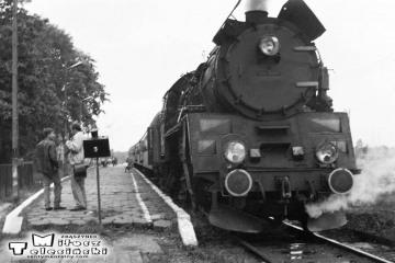 Osobowy z Ol49-61 do Ełku - Białegostoku i dalej do Warszawy w Gołdapi w dniu 29.09.1990.