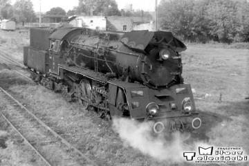 Ol49-61 do pociągu Ełk - Białegostoku i dalej do Warszawy w Gołdapi w dniu 16.09.1990.