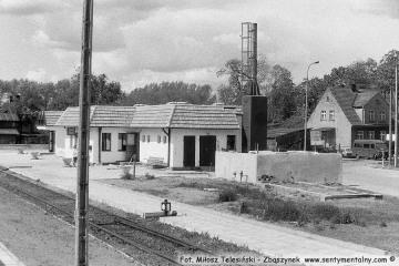 Gorzów Zieleniec 24.05.1991 tuż po oddaniu nowego budynku. Tablica z nazwą stacji stoi jeszcze nie zawieszona oparta o ścianę.