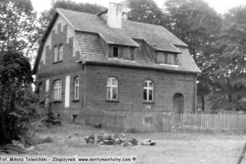Lubniewice 05.08.1990. Budynek mieszkalny obok zniszczonej stacji.