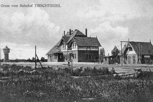 Kolej dotarła tu w 1908 r. Drugie połączenie z Międzyrzeczem (przez Lutol Suchy) uruchomiono dopiero w 1929 r. Opis 1