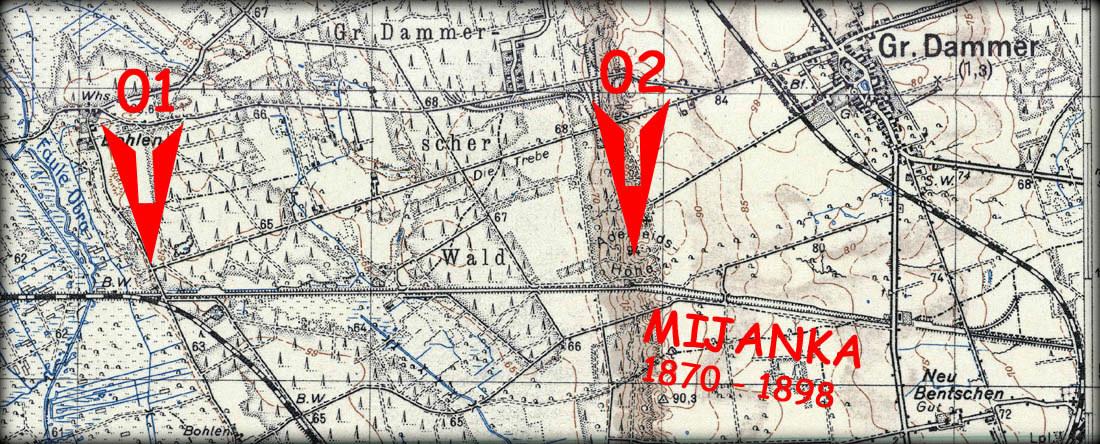 """Mapka przedstawia miejsca, gdzie znajdowały się posterunki związane z ruchem pociągów gdy tor był eksploatowany w dawnej postaci. Punkt """"01"""" oznacza miejsce po posterunku, który w latach 1923 – 30 sprawował rolę posterunku """"odgałęźnego"""" w kierunku Zbąszynka (Międzyrzecza) oraz Zbąszynia. Punkt """"02"""" oznacza miejsce dawnego posterunku ruchu jako """"odstępowego"""" związanego ściśle z obok położoną mijanką w latach 1870 – 1898, gdy szlak był jeszcze jednotorowy."""