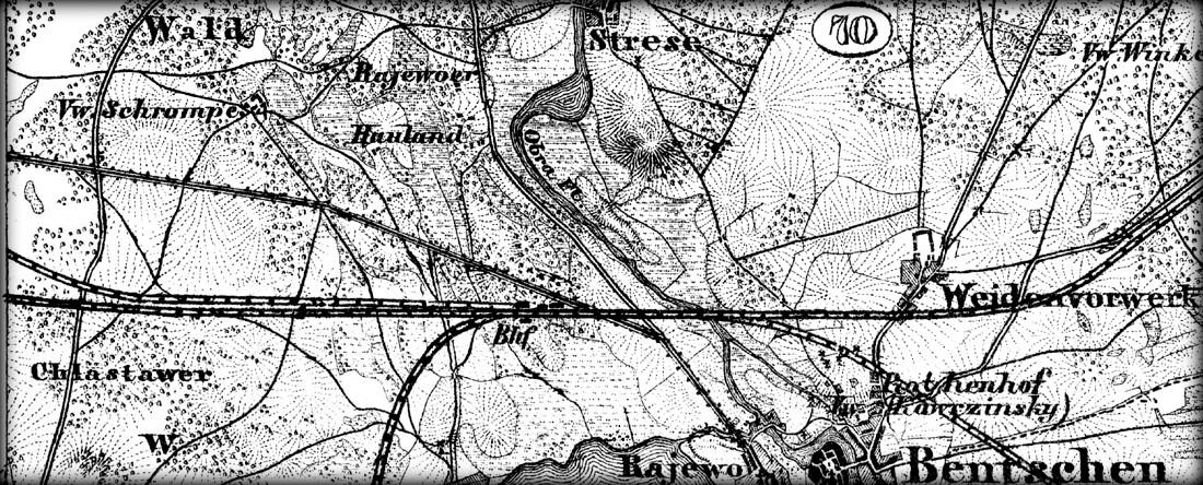 """Fragment mapy z 1893 roku, przestawiającej stację Zbąszyń z towarzyszącymi jej czterema kierunkami torów (połączenie do Międzychodu oddano do użytku w 1908 roku), w chwili, gdy szlak Poznań – Frankfurt i do Guben był jeszcze jednotorowy. Wyraźnie widać przebiegający po północnej stronie szlaku, trzeci tor prowadzący do Międzyrzecza, który do 1920 roku w tej postaci łączył oba miasta. W latach 1920 – 1930 połączenie z Międzyrzeczem odbywało się poprzez stację KOSIECZYN co opisuję w rozdziale """"TAJNA STACJA"""". Od 1930 roku tor w kierunku Międzyrzecza przybrał obecną postać."""