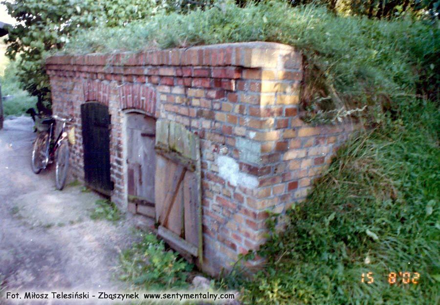 Piwnica – lampiarnia pod nasypem od strony ceglastego domku.
