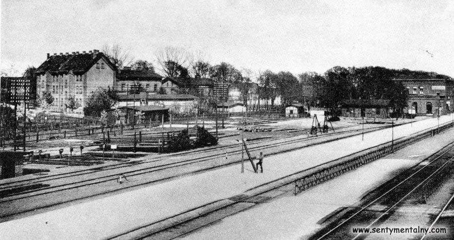 Wyżej widok ogólny peronu Międzyrzeckiego, jako początku nie czynnego od 1920 roku odcinka toru , krótko przed 1909 rokiem.