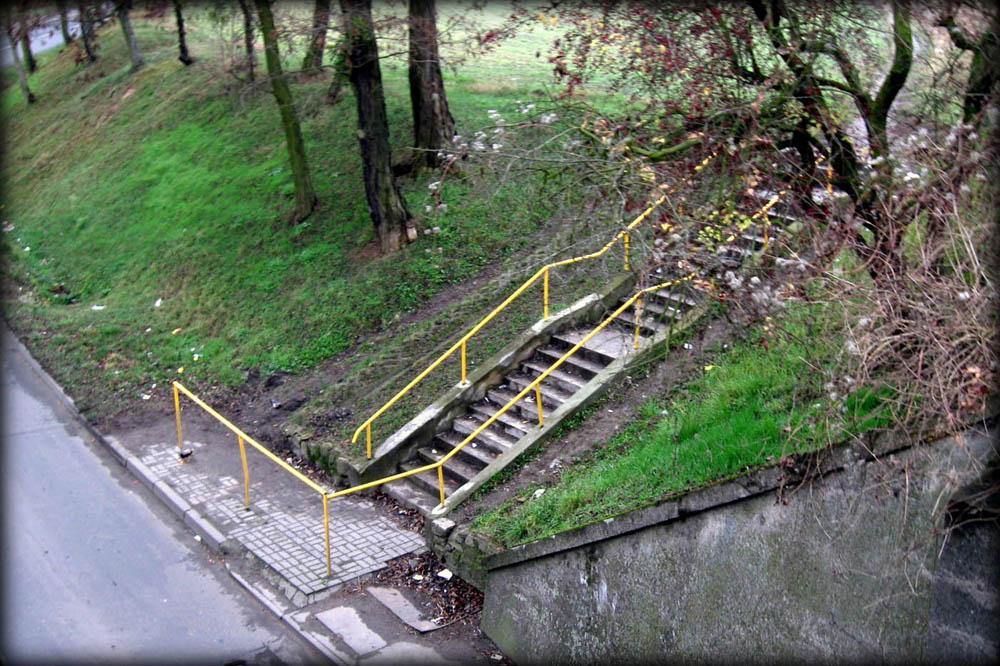 Jadąc z Kosieczyna, schody prowadzące do tymczasowego peronu – przystanku, czynnego od 1925 do 1930 roku, odnoszącego się do połączenia Szczaniec – Zbąszyń. Gdy w 1930 roku oddano dworzec osobowy, peron odszedł w zapomnienie.