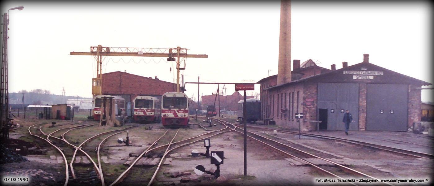 Wyżej dworzec w Śmiglu w dniu 07.03.1990 roku.