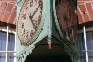 Ten okazały zegar w latach powojennych został przeniesiony tutaj z Międzychodu
