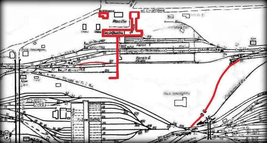 """Fragment planu z 1941 roku. Powiększony budynek od strony miasta, kładka naziemna i tor dodatkowy bez zmian. Na czerwono zaznaczony nie ukończony tor na górną część dworca towarowego. mamy tu wyraźne potwierdzenie oddania do użytku drugiej grupy torów w drugiej kolejności z uwagi na problemy finansowe i chaotyczne """"przywracanie"""" etapami """"uproszczonego"""" projektu."""