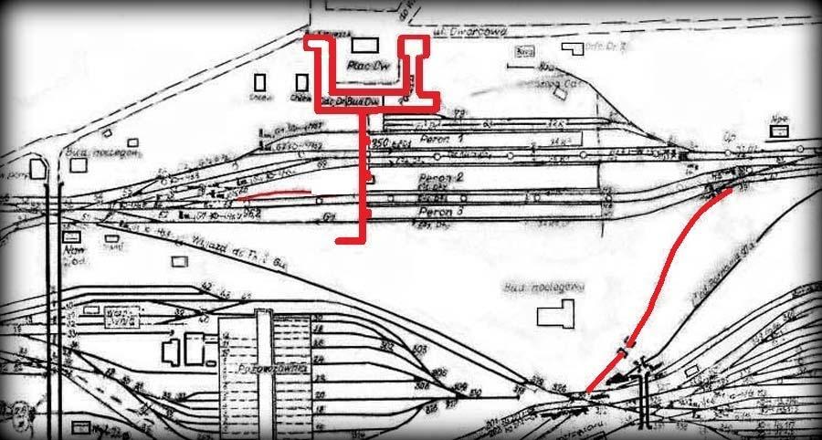Postać dworca po 1944 roku. Przejścia podziemne gotowe a tor boczny ma wjazd tylko od strony zachodniej, ponieważ drugi jego koniec i rozjazd kolidował z niezbędną kładką dla wózków bagażowych. Tor po prawej w kierunku dworca towarowego nigdy nie był wybudowany.