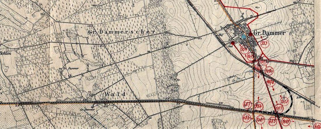 """Mapka z 1902 roku, na której naniesiono tymczasową sytuację przed budową nowego dworca. Naniesiono tymczasowe połączenie z Międzyrzeczem, co było dominującym problemem w okresie trudnych siedmiu lat (1920 - 1930). W latach 1923 - 1930 utworzono tu przystanek osobowy """"Kuschten"""" - Kosieczyn, zapewniający komunikację kolejową z ówczesnym miastem powiatowym Międzyrzecz. Główny szlak był już jednotorowy (od 1898), mijanka już rozebrana - nie potrzebna."""
