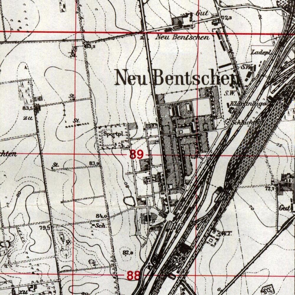"""Mapka z 1944 roku ukazuje miasto (osiedle) w postaci """"końcowej"""". Różni się w stosunku do mapki obok przeniesieniem boiska w inne miejsce, na zachód od głównej ulicy, którą zaczęto uzupełniać planowanymi obiektami, które w większości miały służyć miejscowej ludności, w odróżnieniu od wschodniej strony osiedla, gdzie kwaterowano pracujących na węźle pmieszkańców Zbąszynka."""