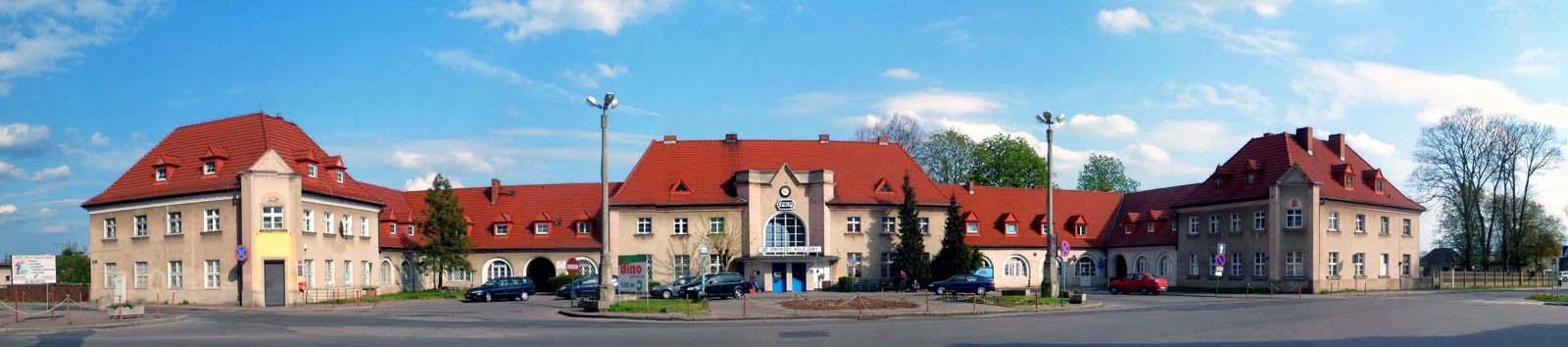 Dworzec w Zbąszynku 26.04.2015. Drzewa przed dworcem wycięte, rondo czeka na rozpoczęcie przebudowy.